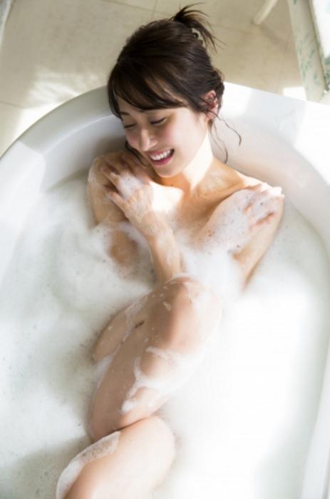 衛藤美彩 最新写真集エロ画像32枚!入浴ヌード、水着姿と豪華絢爛抜き放題!・1枚目の画像
