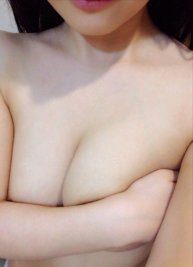 風俗嬢が手ブラしてる自画撮りエロ画像32枚・4枚目の画像