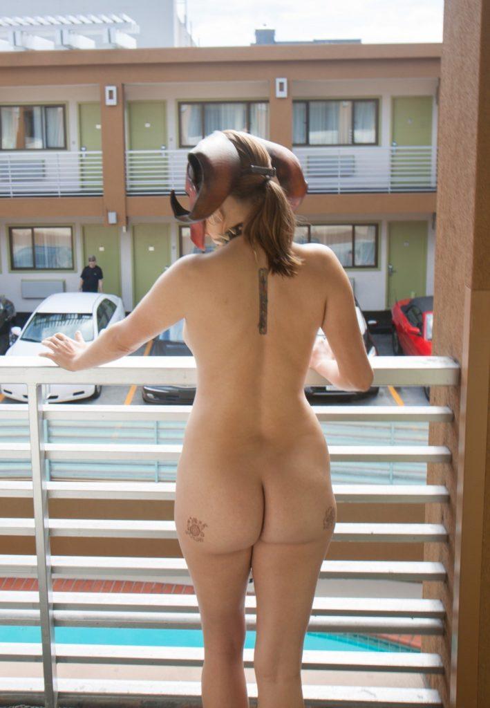 ベランダで露出練習する外国人女性のエロ画像29枚・6枚目の画像