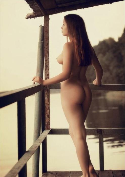 ベランダで露出練習する外国人女性のエロ画像29枚・9枚目の画像