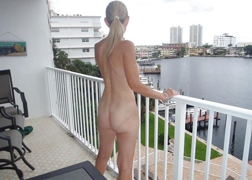 ベランダで露出練習する外国人女性のエロ画像29枚・21枚目の画像