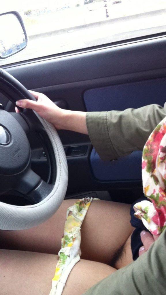 車内で見るミニスカ女子の絶景パンチラ・太ももエロ画像32枚・30枚目の画像
