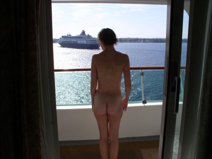 ベランダで露出練習する外国人女性のエロ画像29枚・32枚目の画像