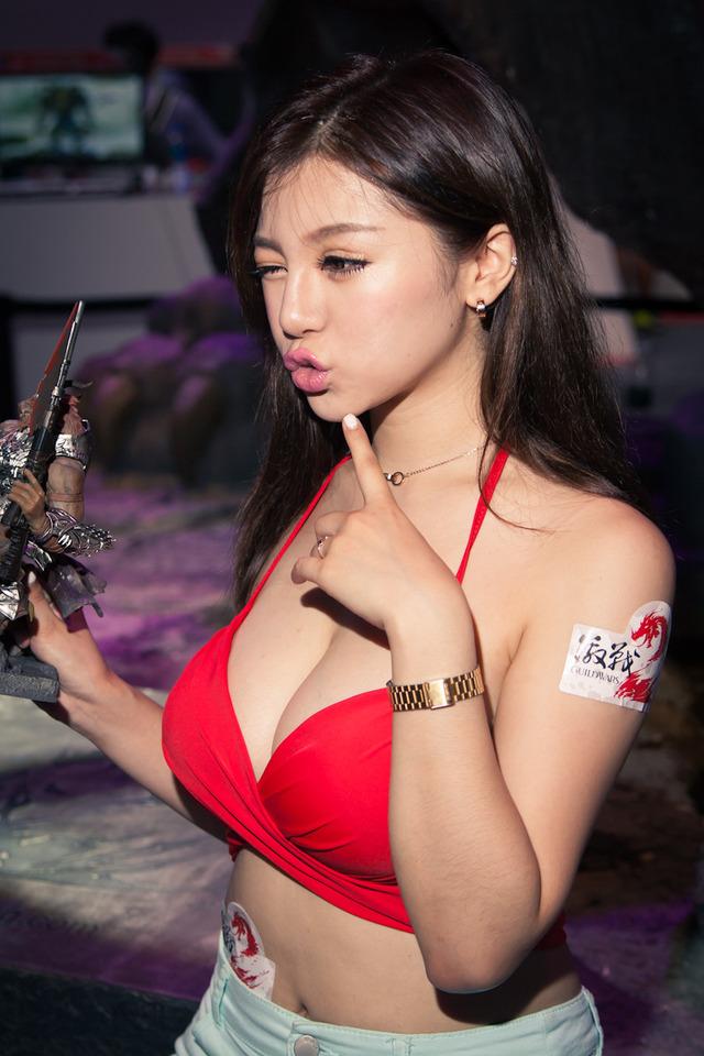 アジアイベコンエロ画像30枚!乳放り出した娘が一等賞~!・26枚目の画像