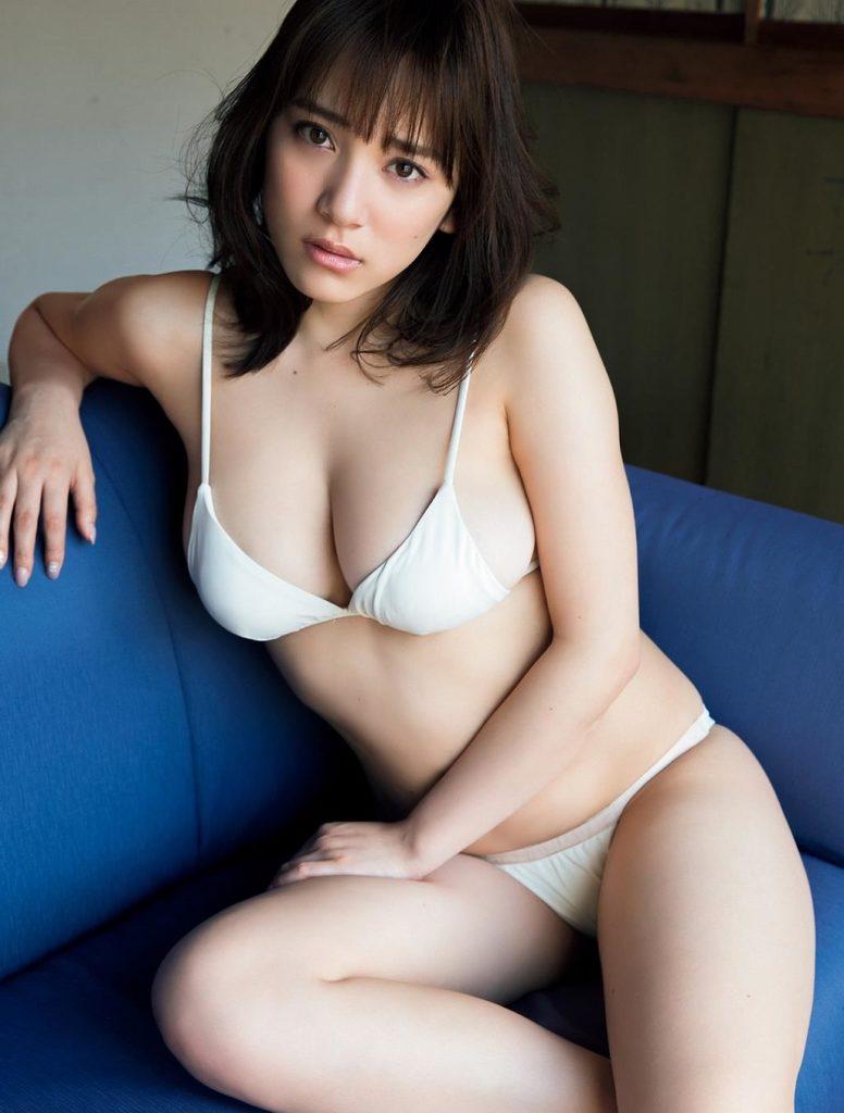 都丸紗也華(20)が小峠に爆乳おっぱいガン見されてるエロ画像50枚・43枚目の画像