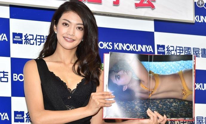 田中道子(27)初写真集エロ画像26枚!下着姿にTバックだと…!・1枚目の画像