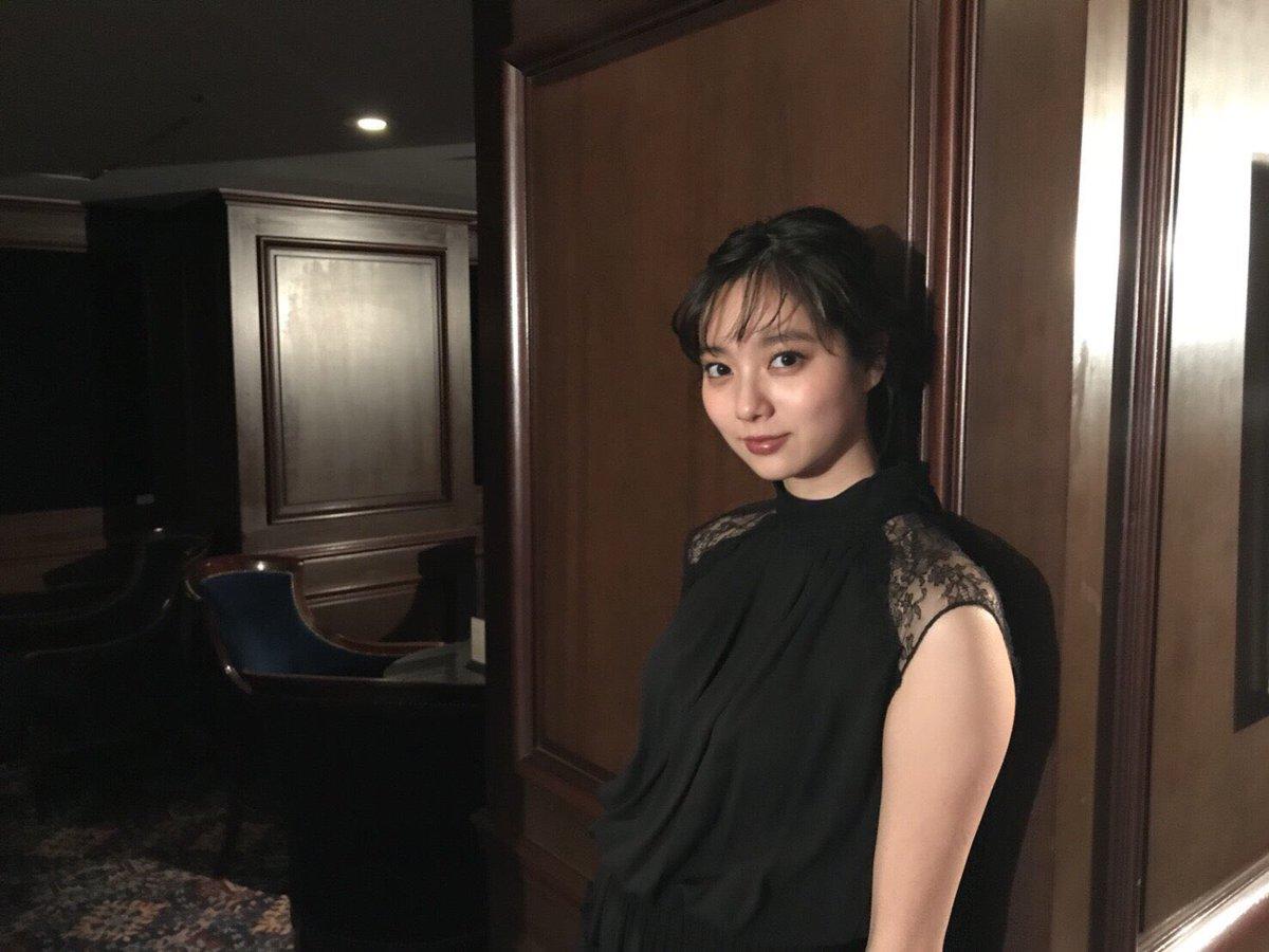 新川優愛(24)の写真集の水着姿、濡れ場等エロ画像95枚・6枚目の画像