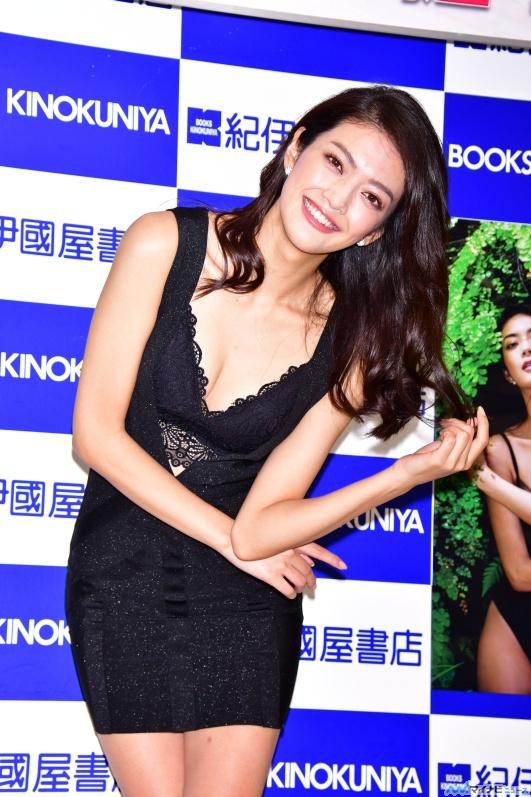 田中道子(27)初写真集エロ画像26枚!下着姿にTバックだと…!・8枚目の画像
