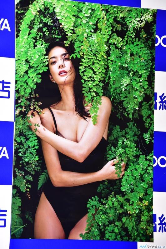 田中道子(27)初写真集エロ画像26枚!下着姿にTバックだと…!・15枚目の画像