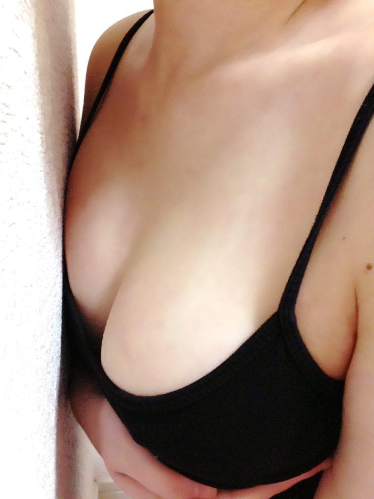 キャミ姿の巨乳女子のエロ画像50枚・23枚目の画像