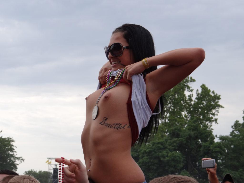 野外フェスでおっぱい丸出しにする女神のエロ画像28枚・4枚目の画像
