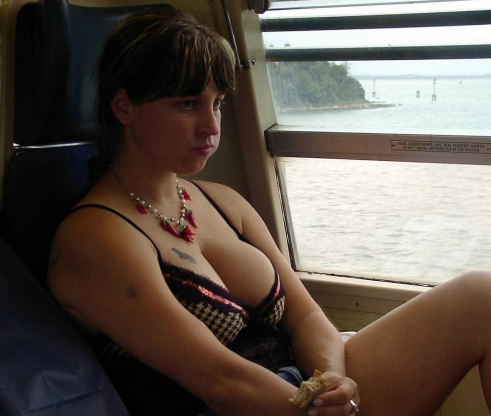 海外の電車内で見る無防備過ぎる胸チラおっぱいエロ画像32枚・5枚目の画像