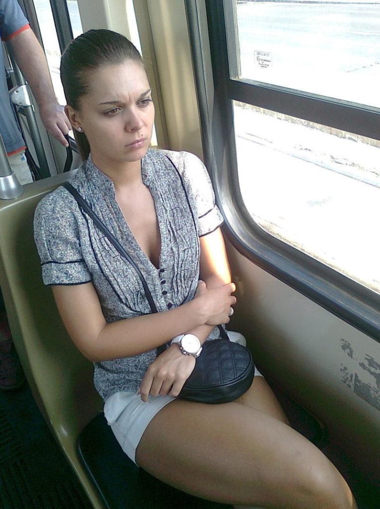 海外の電車内で見る無防備過ぎる胸チラおっぱいエロ画像32枚・6枚目の画像