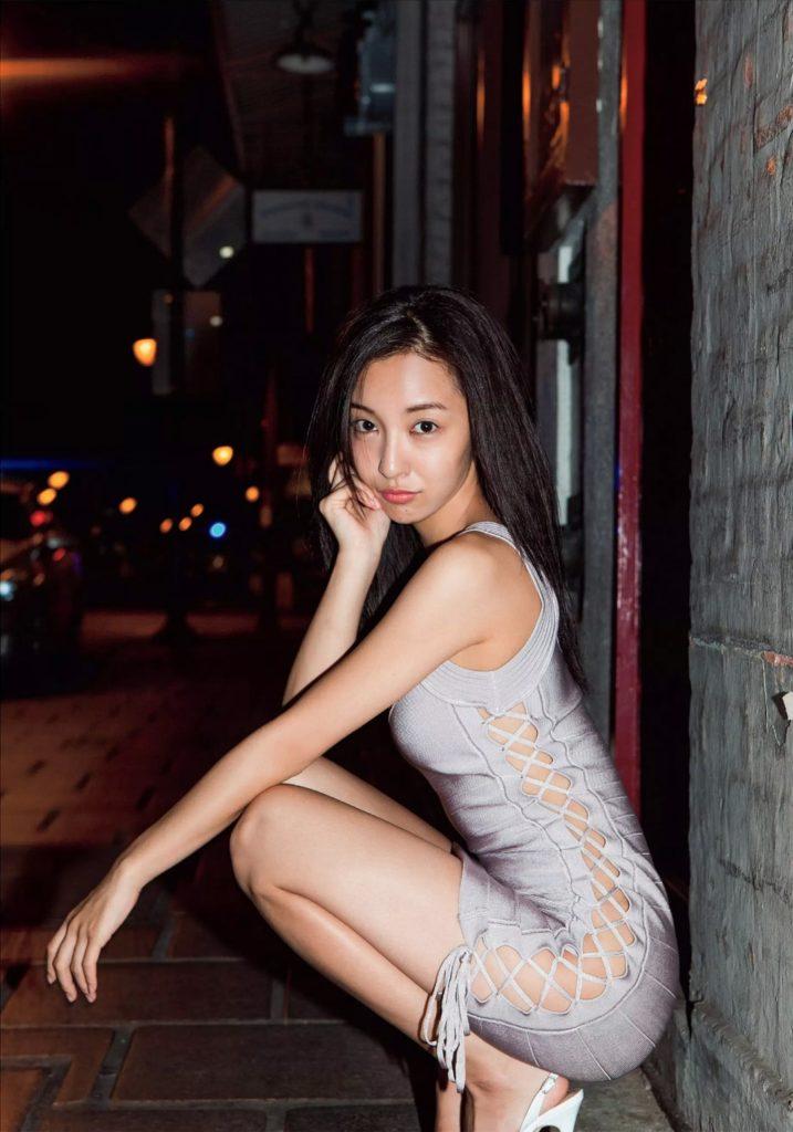 板野友美(26)のヌード間近の変態ハミ尻写真集エロ画像70枚・36枚目の画像