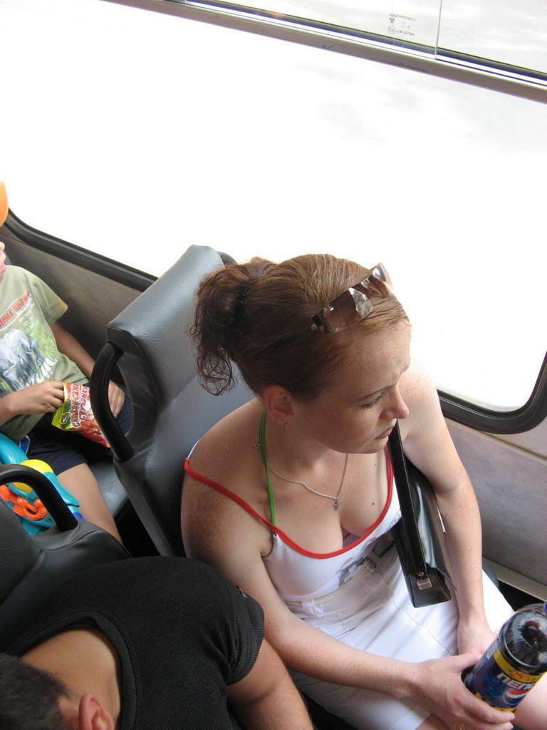 海外の電車内で見る無防備過ぎる胸チラおっぱいエロ画像32枚・15枚目の画像