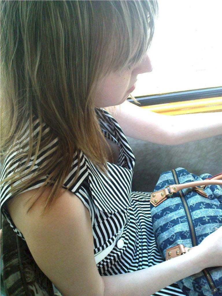 海外の電車内で見る無防備過ぎる胸チラおっぱいエロ画像32枚・18枚目の画像