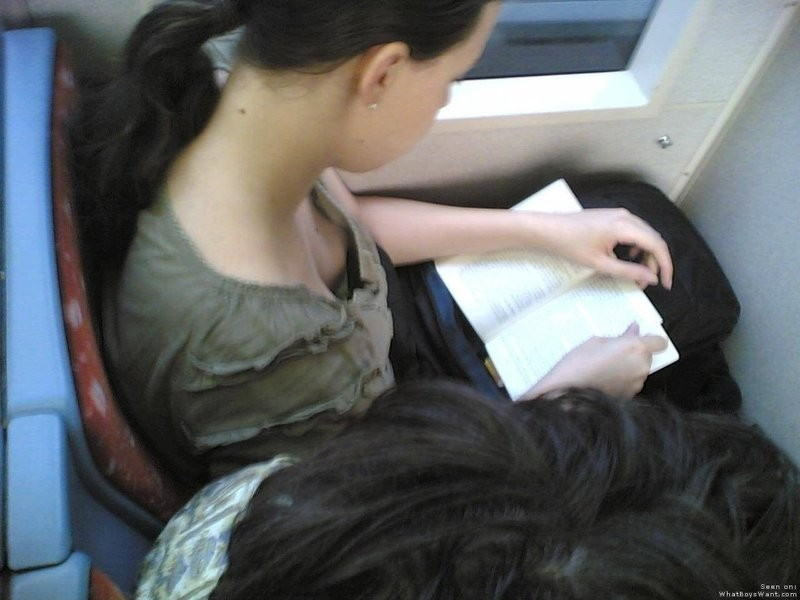 海外の電車内で見る無防備過ぎる胸チラおっぱいエロ画像32枚・19枚目の画像