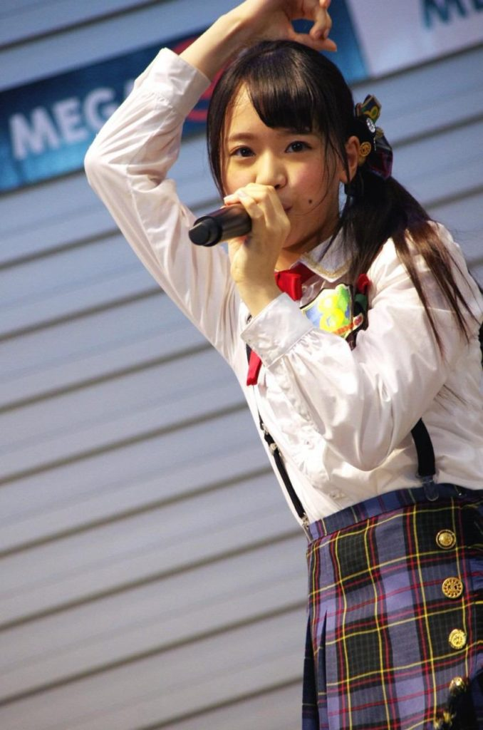 AKB48・倉野尾成美(16)のセーラー服グラビアエロ画像25枚・19枚目の画像