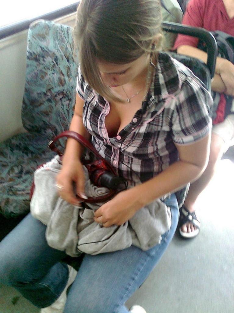 海外の電車内で見る無防備過ぎる胸チラおっぱいエロ画像32枚・21枚目の画像