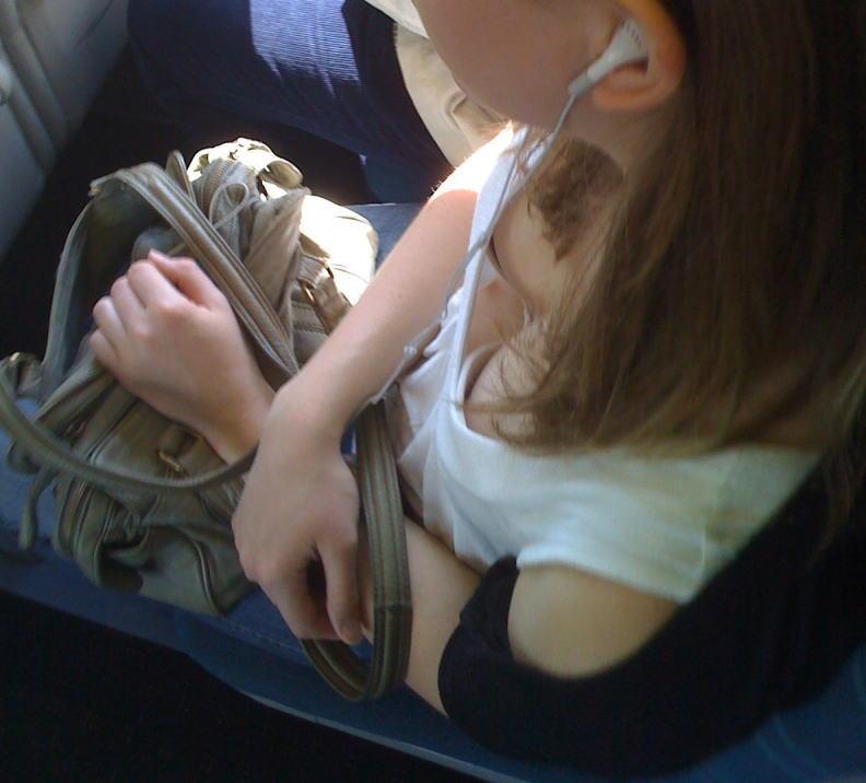 海外の電車内で見る無防備過ぎる胸チラおっぱいエロ画像32枚・27枚目の画像