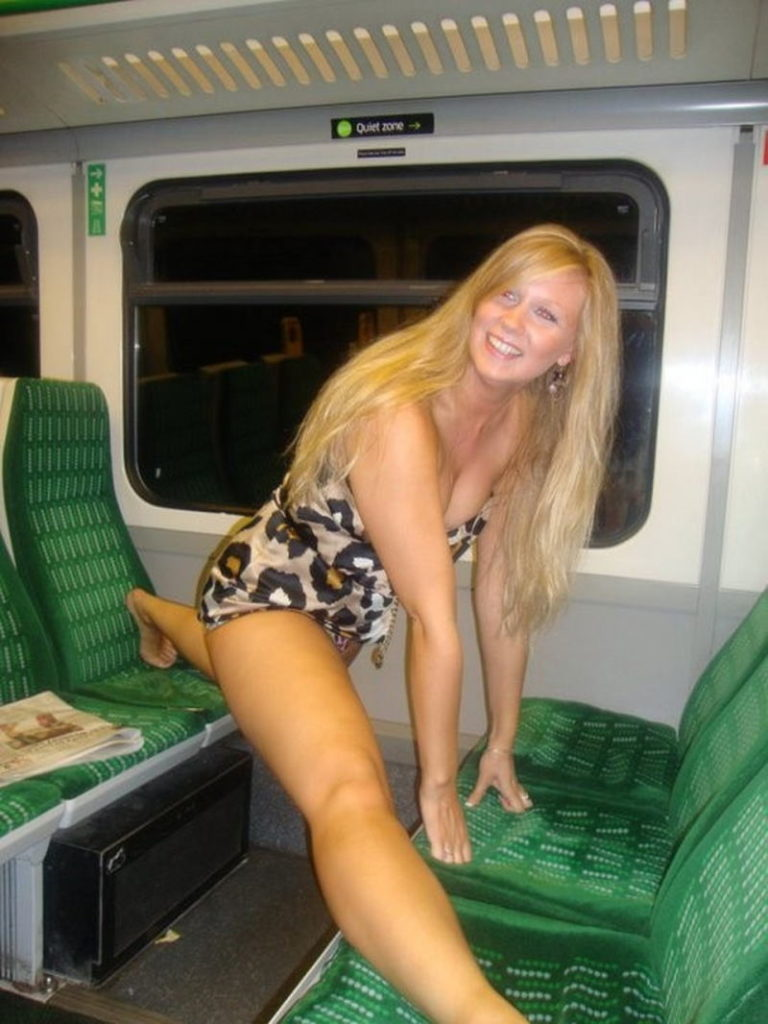 海外の電車内で見る無防備過ぎる胸チラおっぱいエロ画像32枚・28枚目の画像