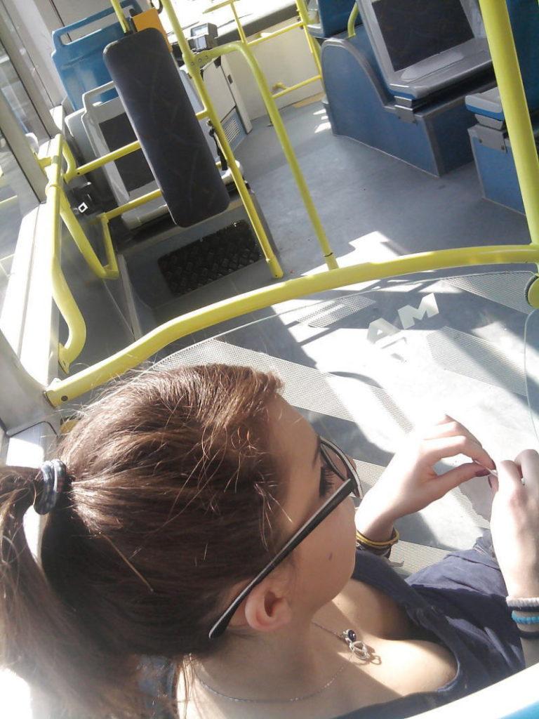 海外の電車内で見る無防備過ぎる胸チラおっぱいエロ画像32枚・37枚目の画像