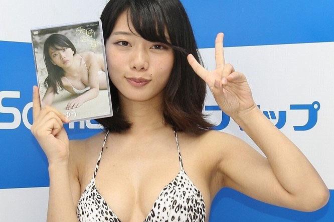 町本ゆう(22)舞台女優の極小ビキニ姿がヌけるミズ着グラビアえろ写真30枚