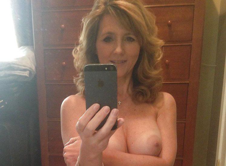 外国人美巨乳人妻の自画撮りが生々しくてヌけるえろ写真30枚