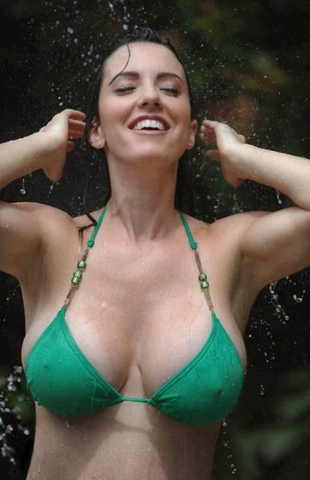 ビーチで当たり前に乳首ポッチする外国人の水着姿エロ画像25枚・2枚目の画像