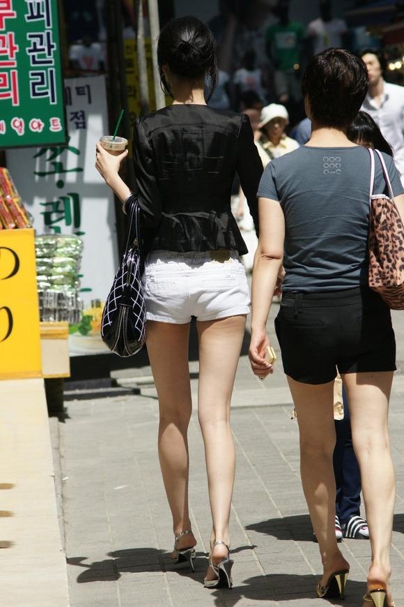 韓国素人娘の美脚がたまらん街撮り盗撮エロ画像30枚・3枚目の画像