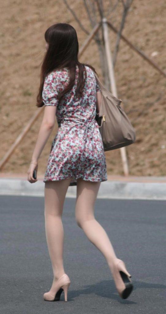 韓国素人娘の美脚がたまらん街撮り盗撮エロ画像30枚・4枚目の画像