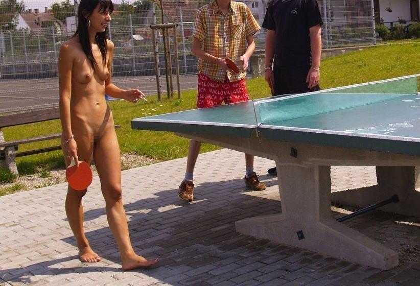 全裸スポーツをする露出大好き外国人のエロ画像25枚・4枚目の画像