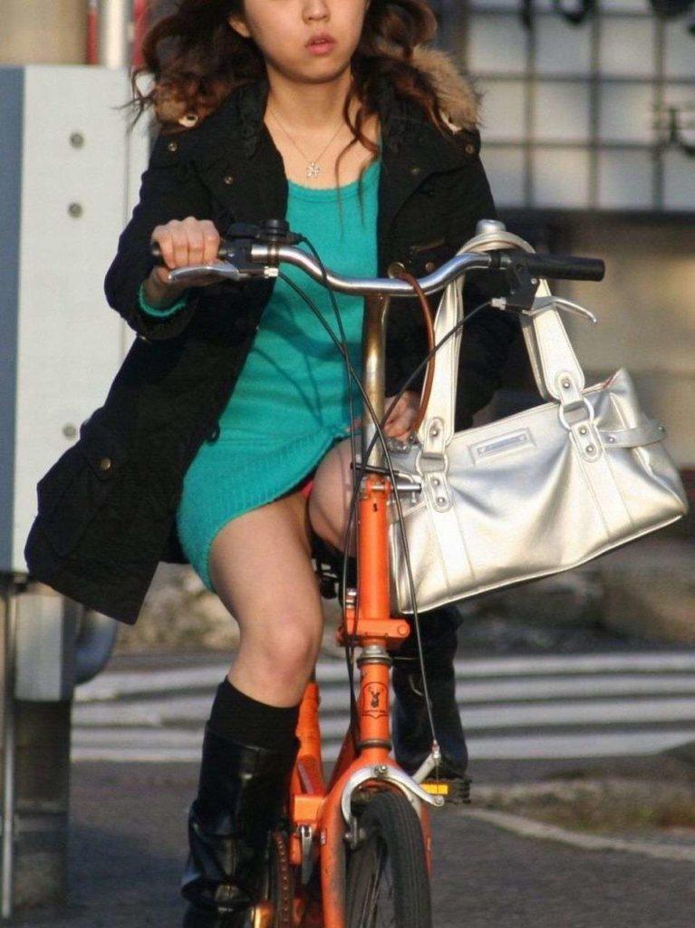 激写!自転車パンチラ盗撮エロ画像30枚・5枚目の画像