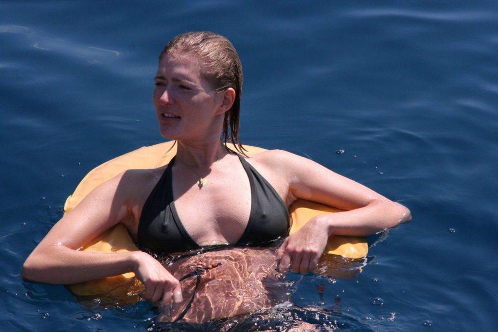 ビーチで当たり前に乳首ポッチする外国人の水着姿エロ画像25枚・5枚目の画像