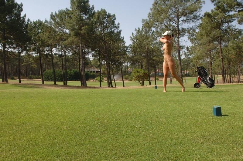 全裸スポーツをする露出大好き外国人のエロ画像25枚・6枚目の画像