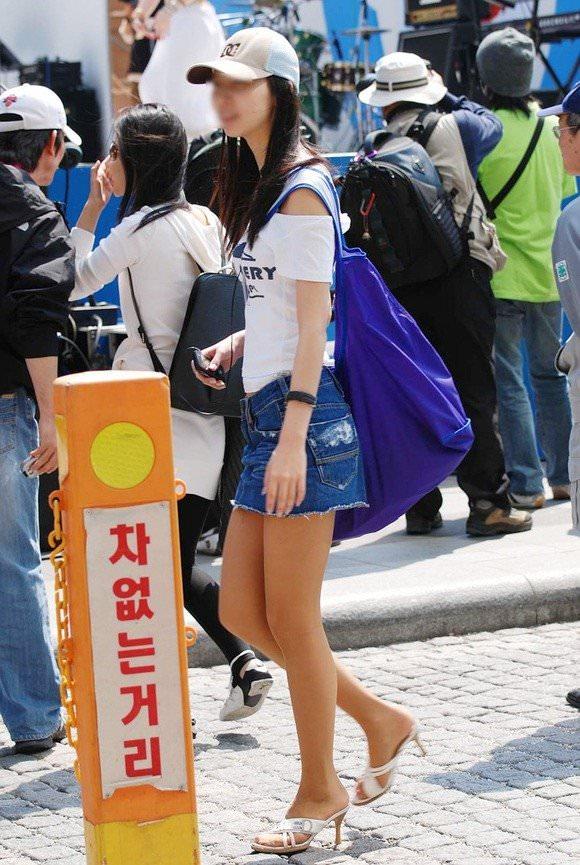 韓国素人娘の美脚がたまらん街撮り盗撮エロ画像30枚・8枚目の画像