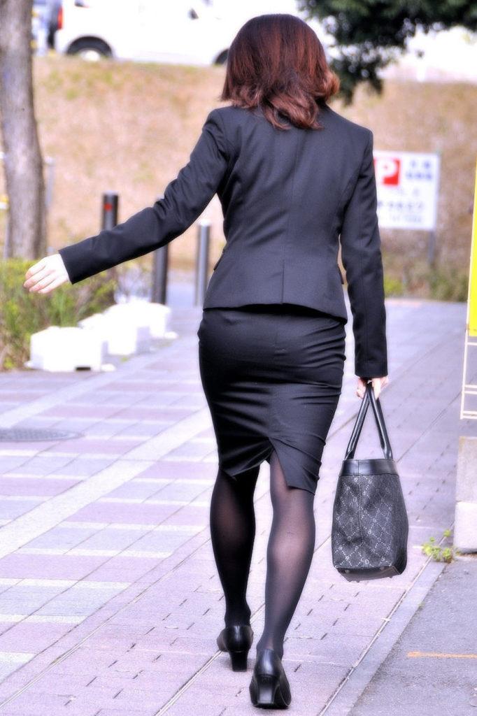 キャリアウーマンOLのスーツ姿がぐうシコな街撮り盗撮エロ画像30枚・8枚目の画像