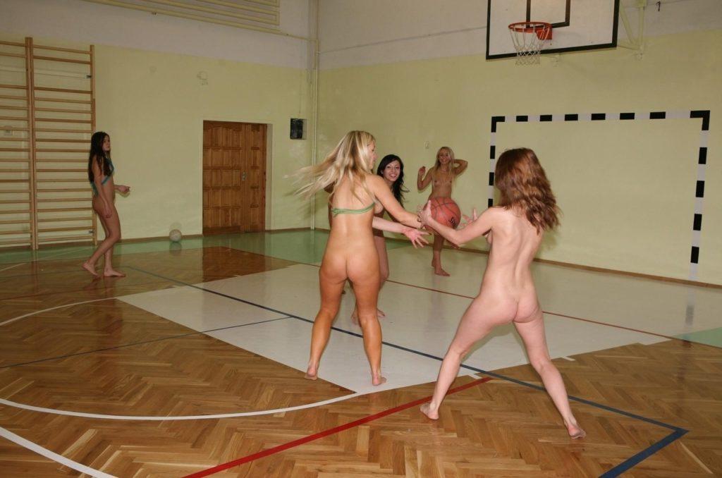全裸スポーツをする露出大好き外国人のエロ画像25枚・8枚目の画像