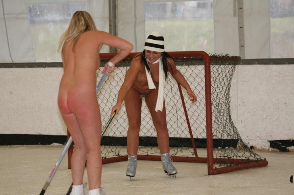 全裸スポーツをする露出大好き外国人のエロ画像25枚・9枚目の画像