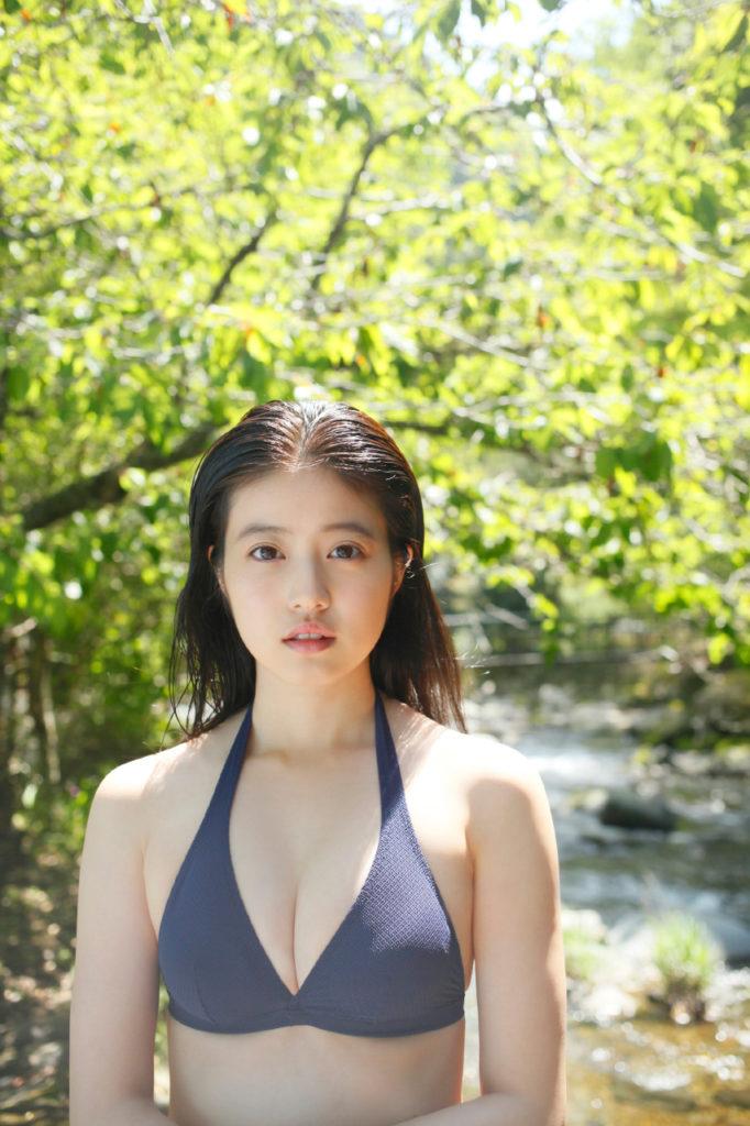 胸元がセクシーな今田美桜の水着画像