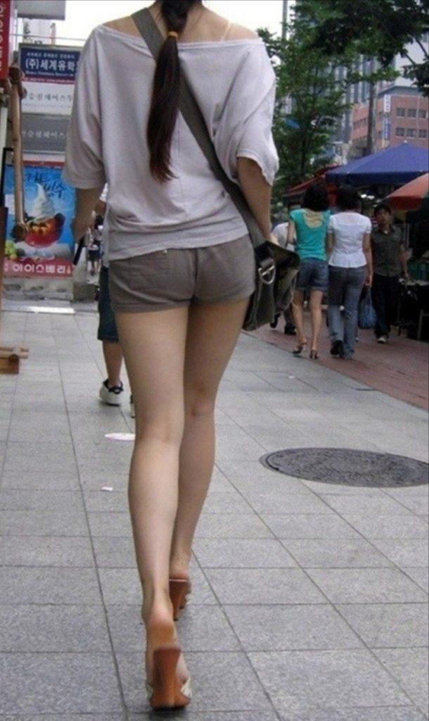 韓国素人娘の美脚がたまらん街撮り盗撮エロ画像30枚・10枚目の画像