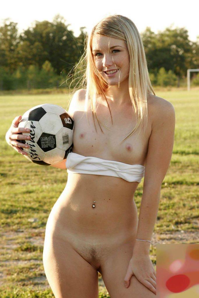 全裸スポーツをする露出大好き外国人のエロ画像25枚・10枚目の画像