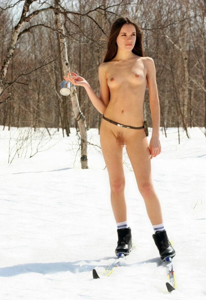 全裸スポーツをする露出大好き外国人のエロ画像25枚・11枚目の画像