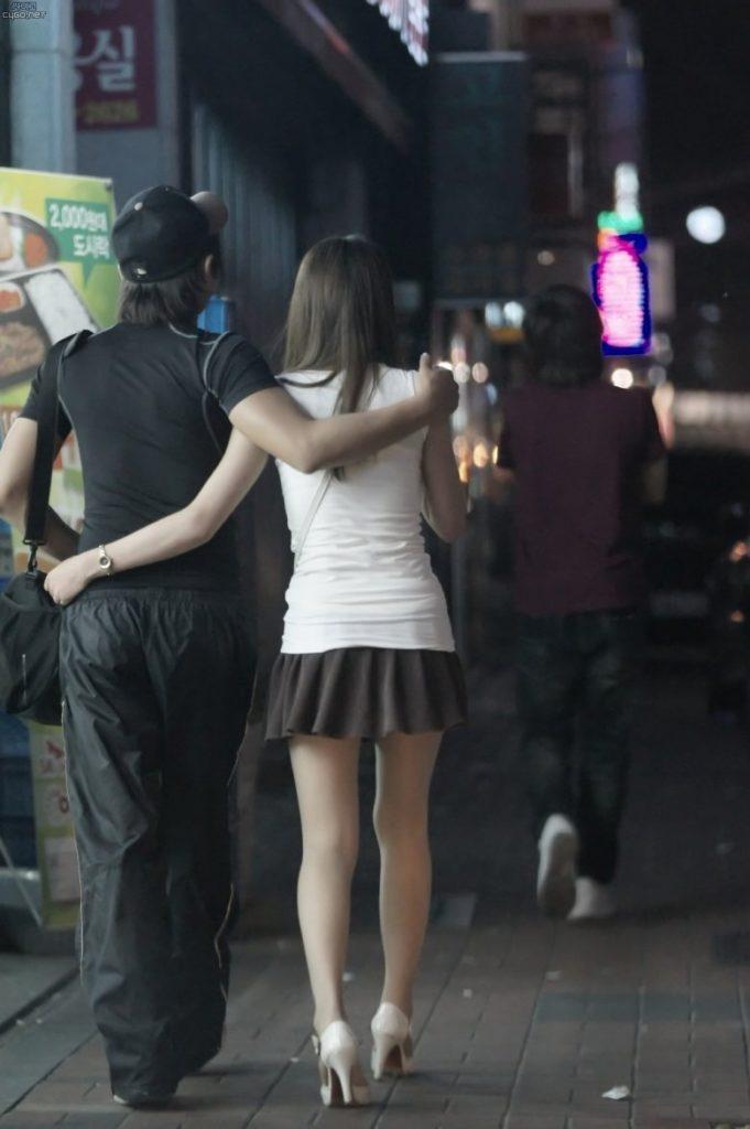 韓国素人娘の美脚がたまらん街撮り盗撮エロ画像30枚・12枚目の画像