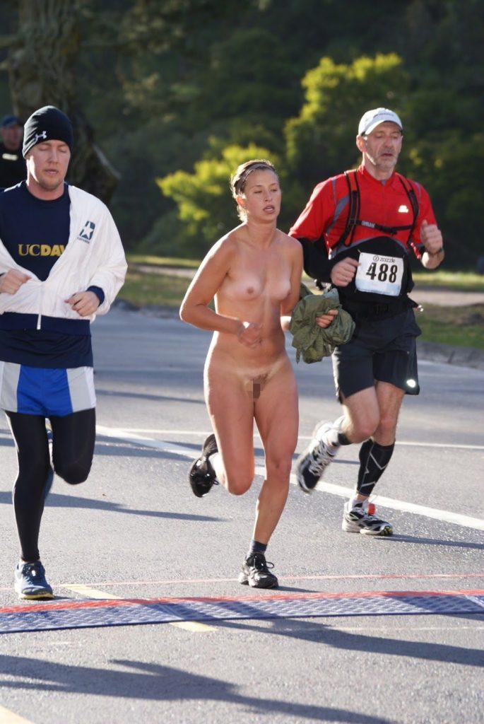 全裸スポーツをする露出大好き外国人のエロ画像25枚・13枚目の画像
