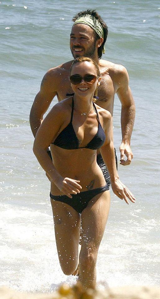 ビーチで当たり前に乳首ポッチする外国人の水着姿エロ画像25枚・14枚目の画像