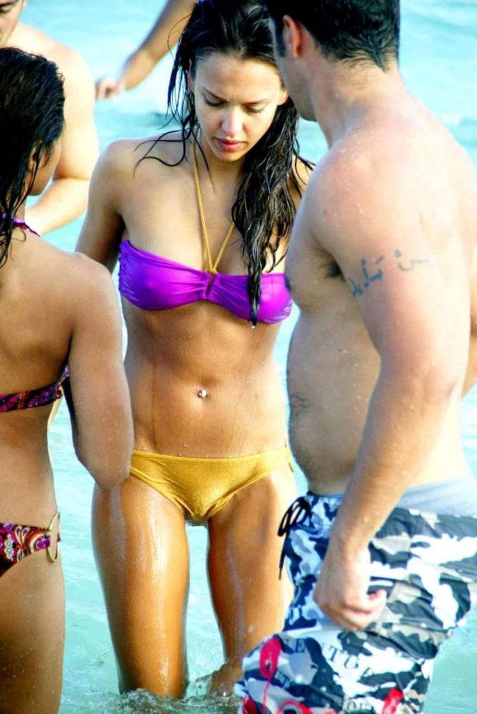 ビーチで当たり前に乳首ポッチする外国人の水着姿エロ画像25枚・15枚目の画像