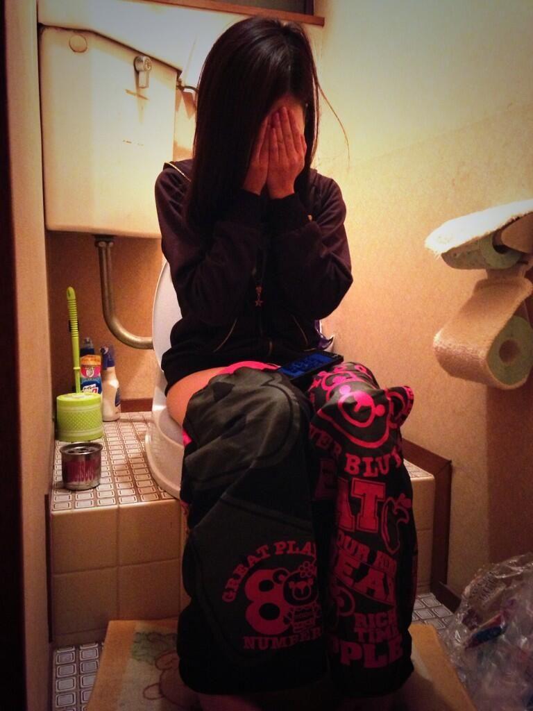 「恥ずかしい…!」ラブホでトイレ中の女を激写したエロ画像27枚・15枚目の画像