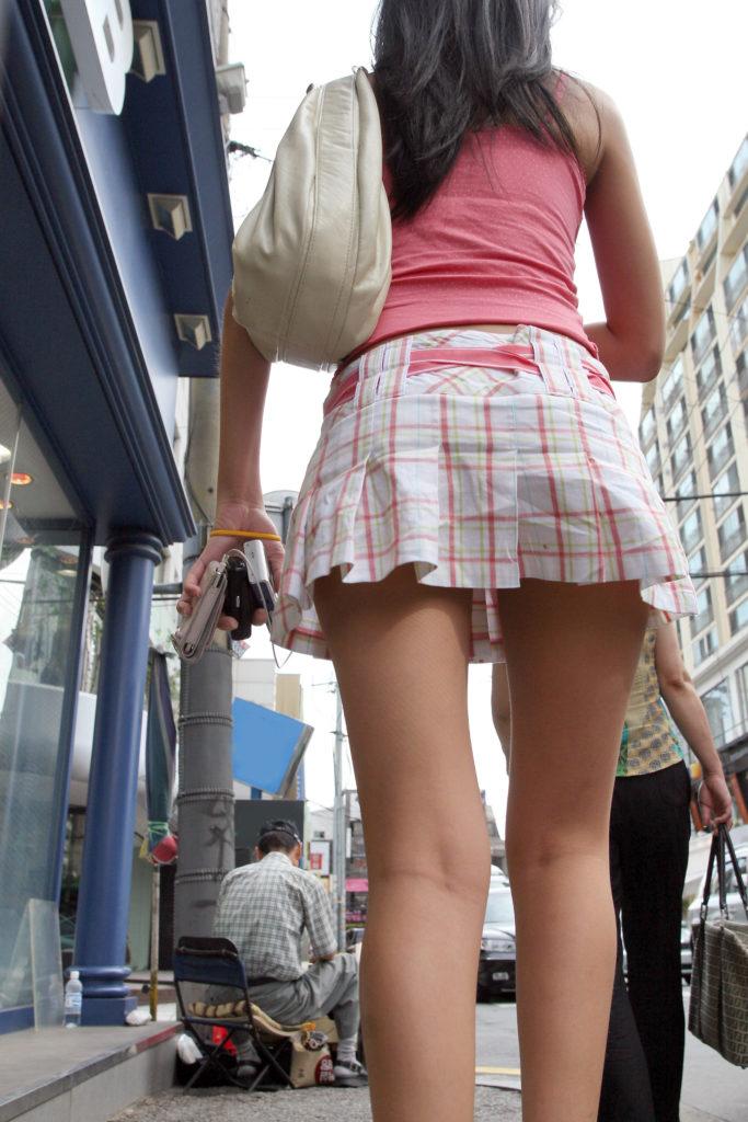 韓国素人娘の美脚がたまらん街撮り盗撮エロ画像30枚・16枚目の画像