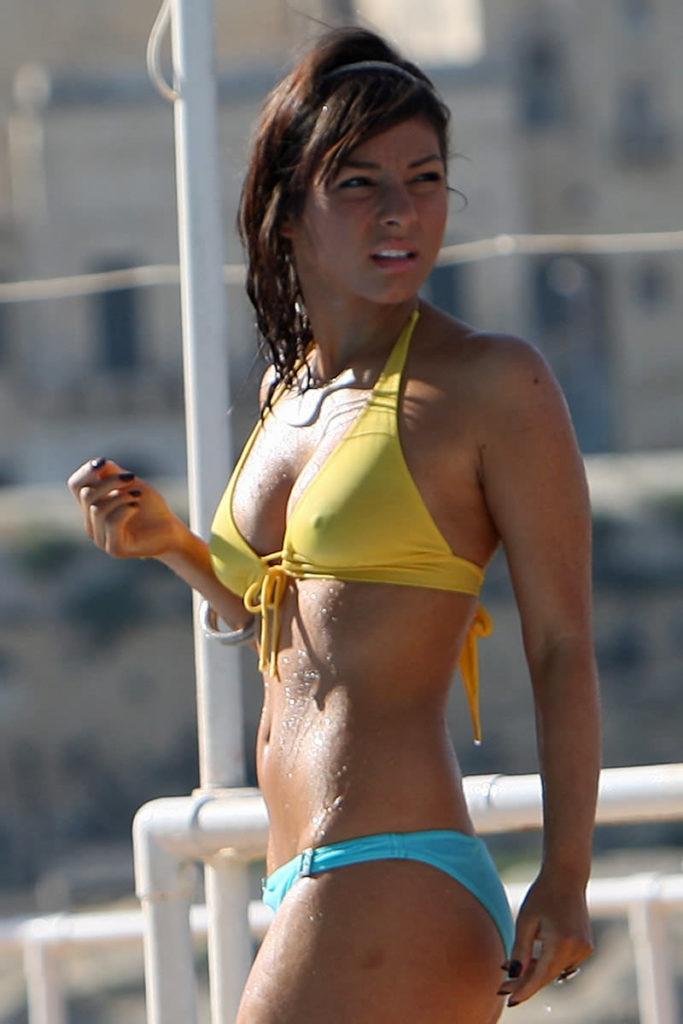 ビーチで当たり前に乳首ポッチする外国人の水着姿エロ画像25枚・16枚目の画像
